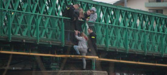 Śmiertelnie niebezpieczna zabawa na moście Białogórskim (ZDJĘCIA)