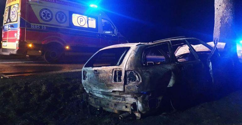 PODKARPACIE: Volvo uderzyło w drzewo, stanęło w płomieniach. Kierujący w głębokim szoku (FOTO)