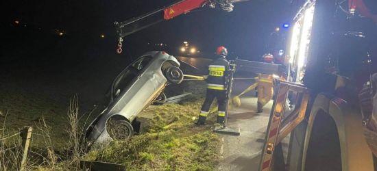 REGION: Samochód zawisł na przepuście drogowym. Kierowca zbiegł (ZDJĘCIA)