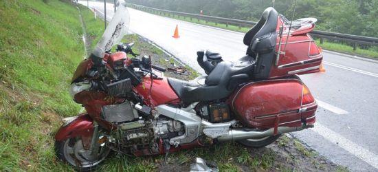 Tak się kończy brawura. Motocyklista wpadł w poślizg i uderzył w alfę romeo