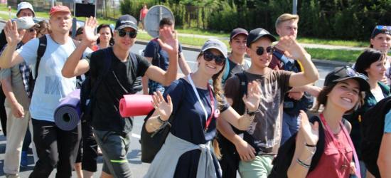 380 km w 12 dni. Wyruszyła 38. piesza pielgrzymka na Jasną Górę. Zobacz przejście przez Sanok (FILM, ZDJĘCIA)
