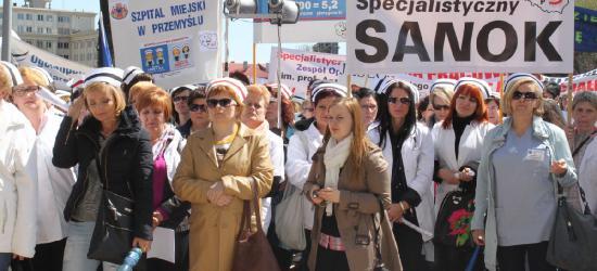 """Młodzi nie chcą do służby zdrowia, najstarsza pielęgniarka ma 80 lat. Mamy """"dziurę pokoleniową""""! [WIDEO,PETYCJA]"""