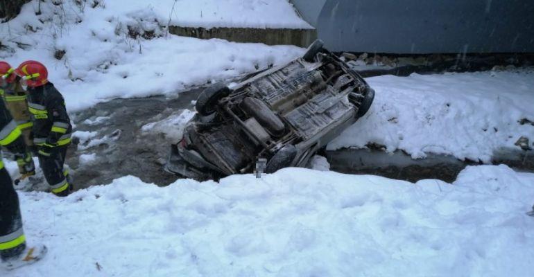POWIAT LESKI: Samochód spadł z mostu do rzeki! (ZDJĘCIA)