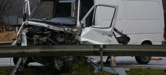 Zderzenie dostawczaka z ciężarówką. Dwie osoby w szpitalu (FOTO)