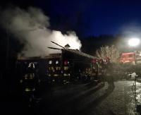 Zniszczony samochód, spalony budynek gospodarczy i pożar na piętrze (ZDJĘCIA)