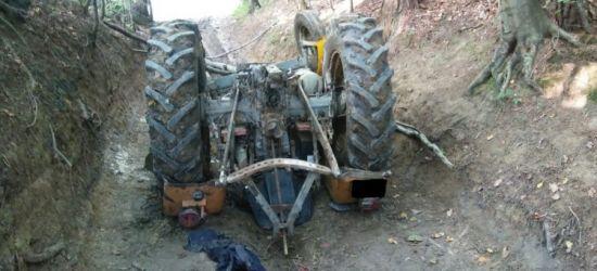 Spadł z ciągnika wprost pod koła rozpędzonego pojazdu