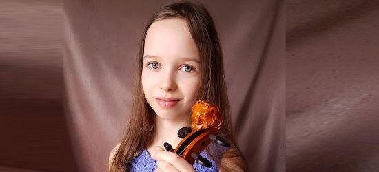 Emilka pięknie wygrywa na skrzypcach zrobionych przez jej tatę!