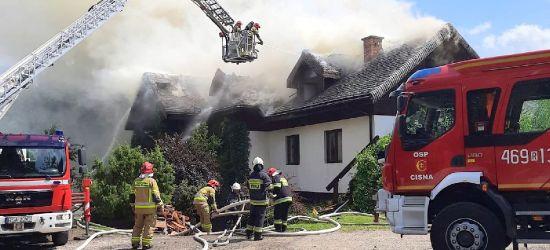 ZDJĘCIA z pożaru pensjonatu w Bieszczadach. Trwa akcja strażaków