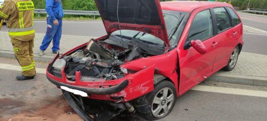 Osobówka wbiła się w ciężarówkę. Kierowca w szpitalu (ZDJĘCIA)