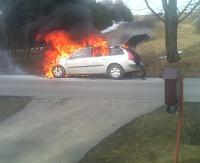 AKTUALIZACJA: Samochód w płomieniach. Kłęby czarnego dymu unosiły się nad pojazdem (ZDJĘCIE)