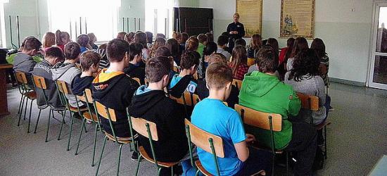 O bezpieczeństwie w sieci oraz nieuleganiu nałogom podczas spotkania policjantów z młodzieżą