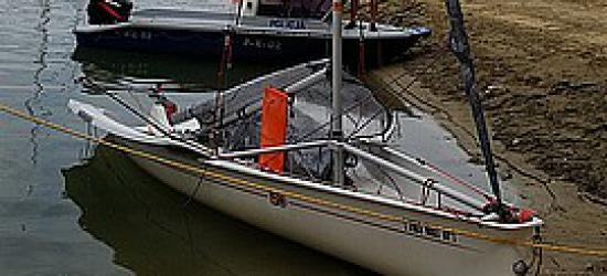 Tonąca łódź i dwóch żeglarzy w opałach