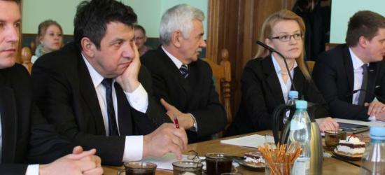 Pracownicy administracyjni do zwolnienia. Kolejne reformy w powiatowej oświacie (FILM)