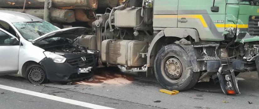 AKTUALIZACJA: Zderzenie osobówki z ciężarówką. Zablokowana DK28 w Klimkówce w obu kierunkach, tworzą się olbrzymie korki (ZDJĘCIA)