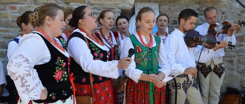 Sanockie święto Karpat Wschodnich. Karpacka watra, folklorystyczne szaleństwo na scenie i jarmark