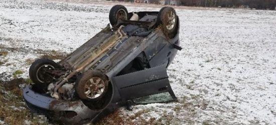 Dachowanie. Postronni kierowcy wyciągnęli poszkodowanego z pojazdu (ZDJĘCIA)