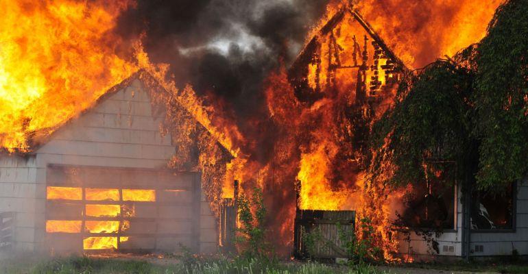 Pożar gospodarstwa agroturystycznego! 7 zastępów straży walczy z ogniem