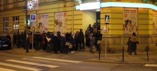 SANOK: 50 osób pod bankiem. Kolejka od 1 w nocy (ZDJĘCIA)