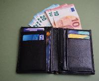 Znalazł portfel z pieniędzmi i dokumentami. Oddał go policjantom