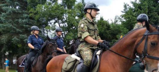 Policjanci na koniach podczas targów w Lutowiskach (ZDJĘCIA)