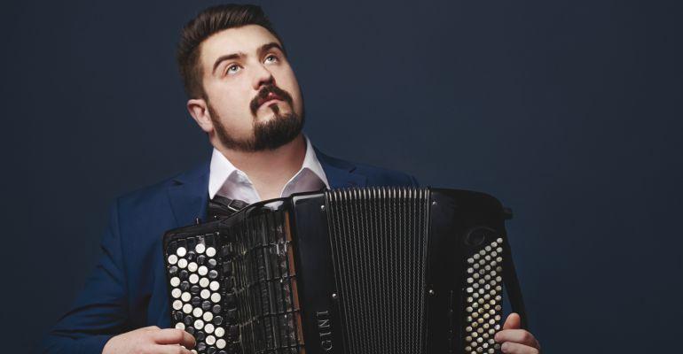"""Bartosz Głowacki wydał debiutancki album! Akordeonista zaczynał w sanockim """"muzyku"""" (VIDEO)"""