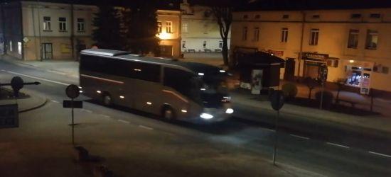 Kolumna autokarów zawiozła powracających z Włoch na kwarantannę do Soliny (VIDEO)