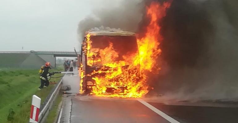 Spłonął autobus. Podróżowało nim 46 osób (VIDEO, FOTO)