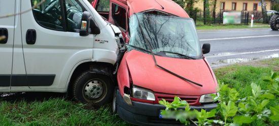 REGION: Zderzenie trzech osobówek. Do szpitala trafił kierowca citroena (ZDJĘCIA)