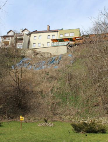 Dwa mury zabezpieczą skarpę. Problem z osuwiskami w Sanoku zostanie zamknięty? (FILM, ZDJĘCIA)