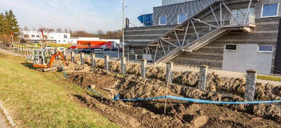 MOSiR SANOK: Rozbiórka ogrodzenia? Spokojnie, w tym miejscu powstanie nowa droga (FOTO)