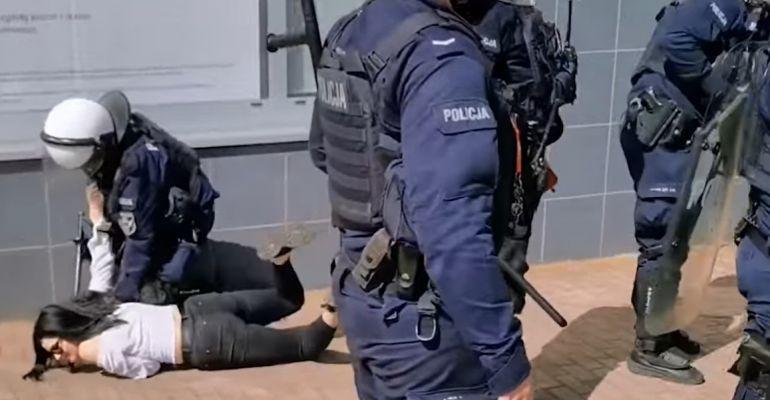 POLSKA: Zamaskowani policjanci brutalnie biją kobiety na ulicach polskich miast (VIDEO)