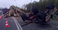 Ciężarówka wyładowana drewnem wywróciła się na drodze (ZDJĘCIA)
