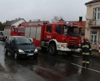 KRONIKA STRAŻACKA: Osobówka zawisła nad skarpą, olbrzymia ropopochodna plama i samochód w ogniu
