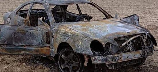 """PODKARPACIE. Kręcili """"bączki"""" aż samochód się zapalił. Pojazd spłonął (ZDJĘCIA)"""