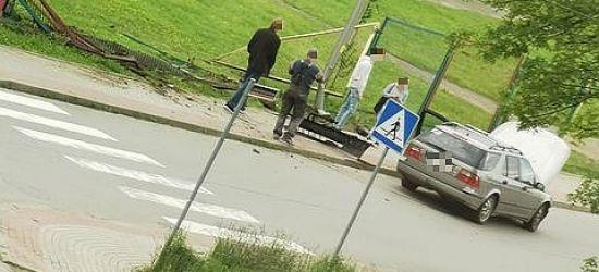 Niebezpiecznie przy Kawczyńskiego. Samochód uderzył w ogrodzenie! (VIDEO, ZDJĘCIA)