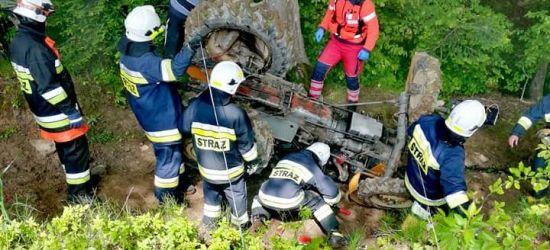 Poważne obrażenia przygniecionego przez ciągnik. Zdjęcia z akcji ratunkowej (FOTO)