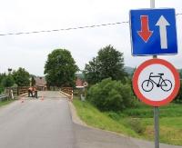 Rowerzyści w opałach na moście w Trepczy (ZDJĘCIA)