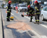 Plama oleju na drodze. Samochody wpadały w poślizg (ZDJĘCIA)