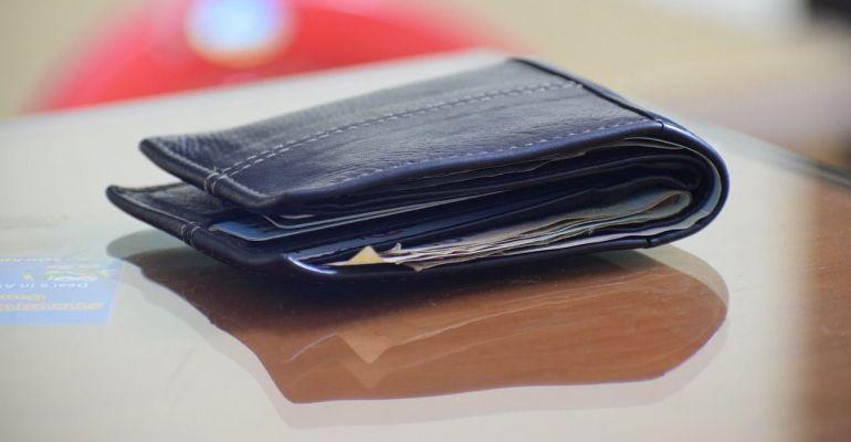 Znalazł portfel nieopodal bankomatu. Co zrobił?