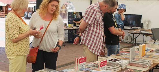 Znanych dziennikarzy, językoznawców i artystów spotkasz dziś w Sanoku. Trwa Bieszczadzkie Lato z Książką (ZDJĘCIA)