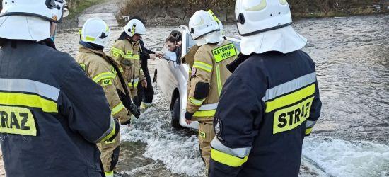 REGION: Samochód zjechał do rzeki. W środku dzieci. Akcja strażaków (ZDJĘCIA)