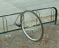 Zniknęły dwa rowery przypięte do stojaków. Policja apeluje: bądźmy czujni