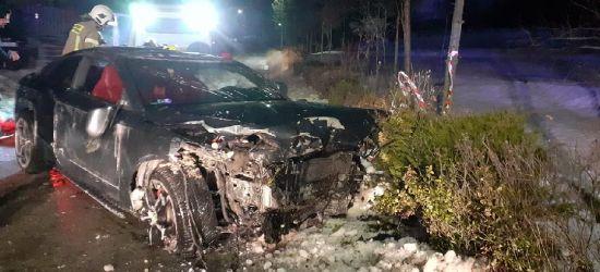 PODKARPACIE. 28-latek wjechał w płot i garaż. Jego samochód dachował (ZDJĘCIA)