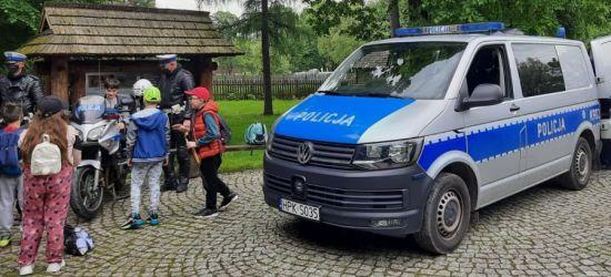 SANOK. Policjanci dla najmłodszych. Prezentacja radiowozu i motocykla w Skansenie (ZDJĘCIA)
