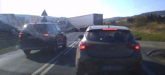 Wyprzedzał kilka samochodów. Drogę zajechał mu tir! (VIDEO Z SAMOCHODU)