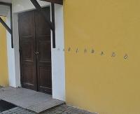 Zniszczona elewacja kościoła, wybite szyby, okaleczone krzewy (ZDJĘCIA)