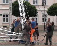 Na sanockim rynku zamontowano scenę (FILM)