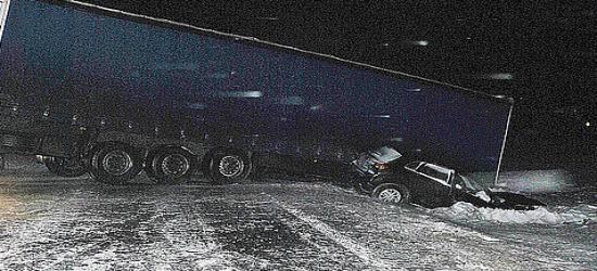 Podmuch wiatru przewrócił do rowu samochód ciężarowy (ZDJĘCIA)