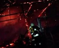 AKTUALIZACJA PIELNIA: Spłonęła drewniana stodoła, ciągnik i sprzęty gospodarcze. Strażacy blisko 3,5 godziny walczyli z ogniem (ZDJĘCIA)
