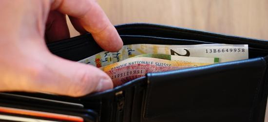 Ukradł portfel, ale zabrał tylko drobne. Nie zauważył koperty z dużą gotówką